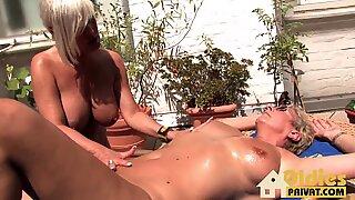 Blonde Lesben am Balkon