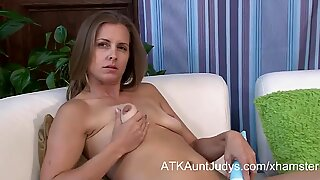 Miss Melrose vibrates her pussy with an Hitachi